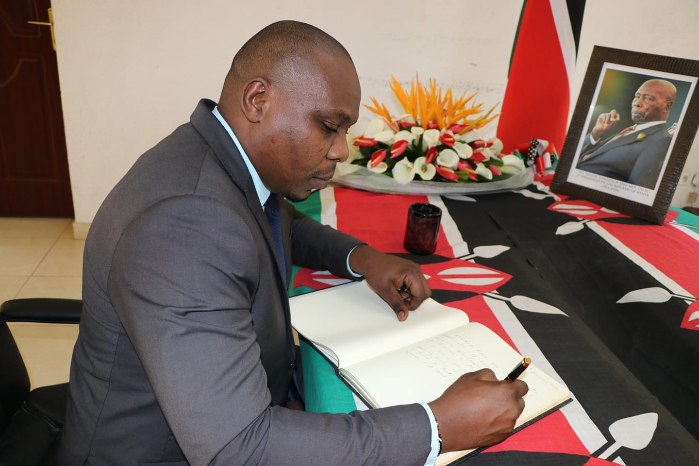 On behalf of the Association of Kenyans in Burundi the AKB Vice Chairman Collins Kinanja signing the condolence book, following the passing on of H.E Daniel Toroitich Arap Moi CGH; second President of the Republic of Kenya.